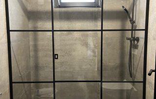 Črna tuš steklena stena z drsnimi vrati
