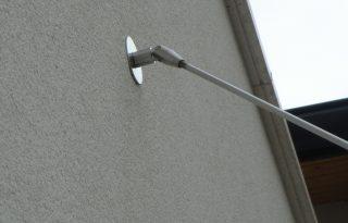 Detail pritrditve visečega steklenega nadstreška