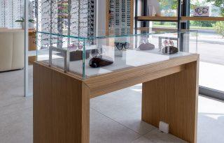 Nizja steklena vitrina z leseno osnovo