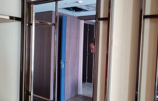 Stensko ogledalo v bivalnem prostoru