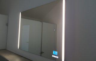 Stensko ogledalo v spalnici