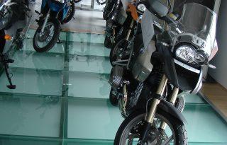 PŠohodno steklo na tleh salona motorjev