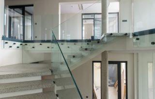 Steklena ograja za stopnice