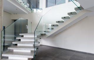 Steklena ograja na stopnicah