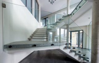 Steklena ograja na stopnišču