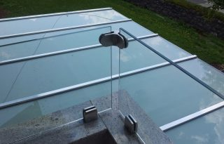 Detajl steklenega nadstreška in ograje