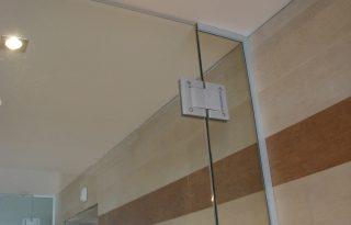 Hidravlična spona za nihajna steklena vrata