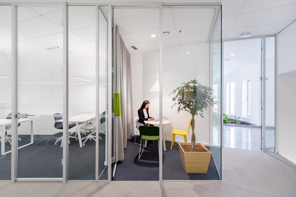 Steklena stena v pisarni
